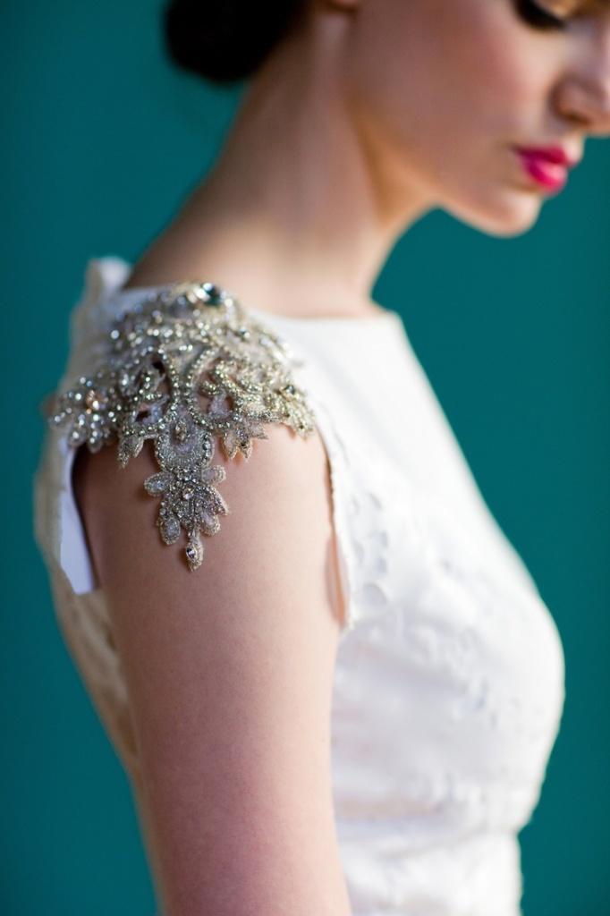 Как украсить белое свадебное платье своими руками